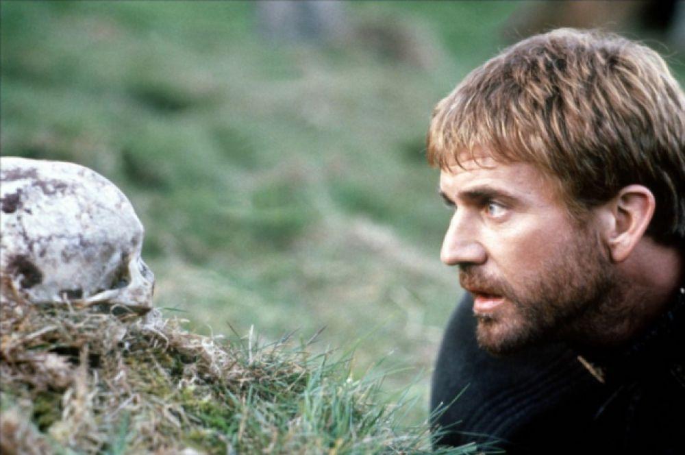 Франко Дзеффирелли, знаменитый итальянский режиссер, в 1990 году пригласил Мела Гибсона сыграть главную роль в фильме «Гамлет» (1990). Для актера со сложившимся амплуа сильного, решительного героя это был вызов. Критики считают, что образ Гамлета у актера вышел противоречивым и передать многоплановость персонажа Гибсону не удалось. Режиссер фильма аргументирован выбор главного исполнителя тем, что хотел через современного и популярного актера привлечь внимание зрителя к классике.