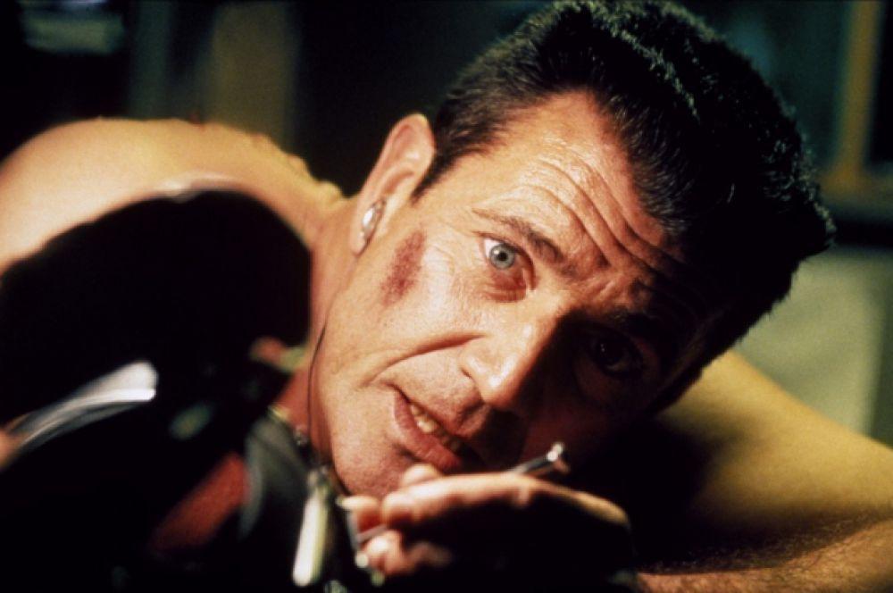 В драме знаменитого немецкого режиссера Вима Виндерса «Отель «Миллион долларов» (2000)Гибсон сыграл агента ФБР. Съемочную площадку актер разделил с Милой Йовович и Джереми Дэвисом. Четыре года спустя на экраны выходит фильм «Страсти Христовы», шокировавшие зрителей натуралистичными и жестокими сценами.  Попытка детально воссоздать последние 12 часов жизни Христа получила высокую оценку папы римского Иоанна Павла II.