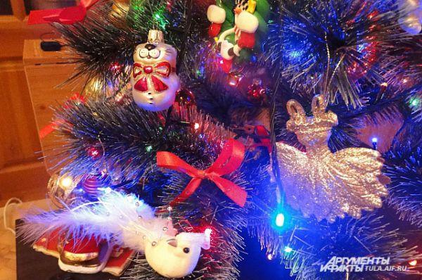 Самому неновогоднему предмету с помощью гирлянды можно предать праздничный вид.