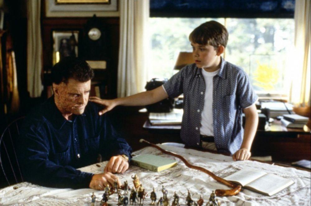 В 1990 году он основывает собственную компанию Icon Productions и пробует себя в качестве режиссера. Его дебют в новой роли – фильм «Человек без лица» (1993), в котором Гибсон также сыграл главную роль – становится классикой американского кино для подростков.
