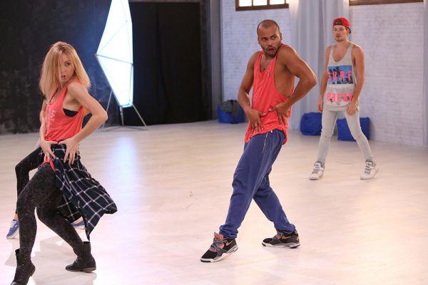 Мигель показывает, как танцуют настоящие профессионалы.