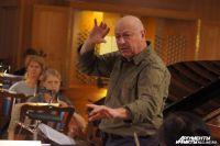 Аркадий Фельдман умело руководит своим оркестром.
