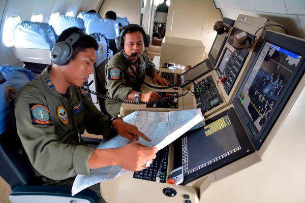 Спасатели приостановили поиски пропавшего лайнера Airbus A320-200 авиакомпании AirAsia в связи с наступлением темноты.