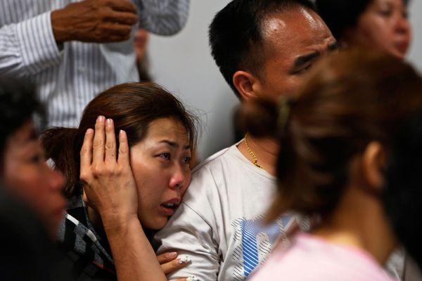 По данным зарубежных СМИ, родственник одного из пассажиров пропавшего рейса получил СМС-сообщение от неизвестного отправителя о том, что самолет совершил вынужденную посадку и все пассажиры живы и здоровы. Минтранс Индонезии пока не подтверждает эту информацию.