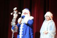 Ребят приветствовали Дед Мороз и Снегурочка.