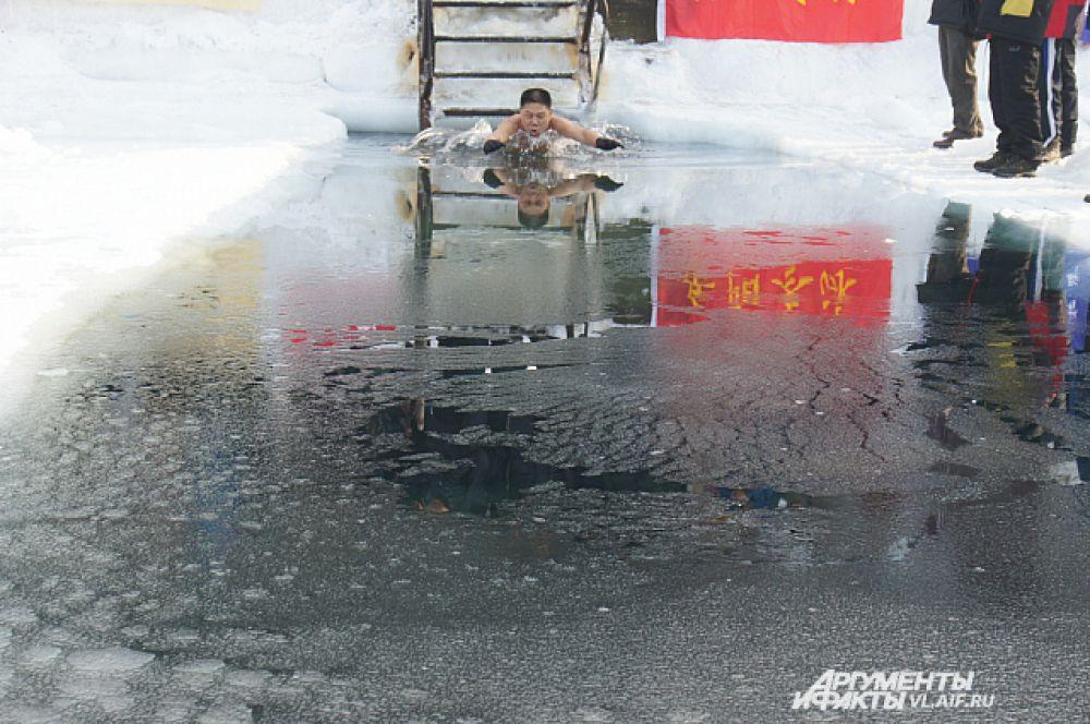В воду входит очередной спортсмен.