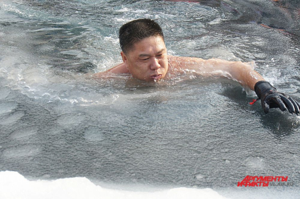 Плыть в перчатках очень удобно - руки не мёрзнут и не прилипают к поручням.