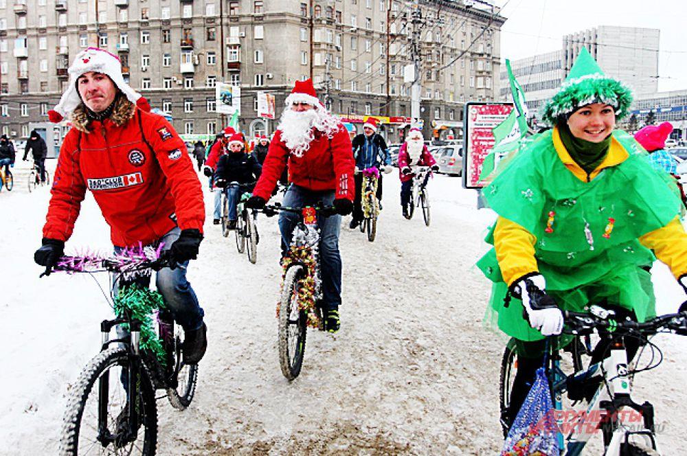 Сами велосипеды тоже были в новогодних украшениях