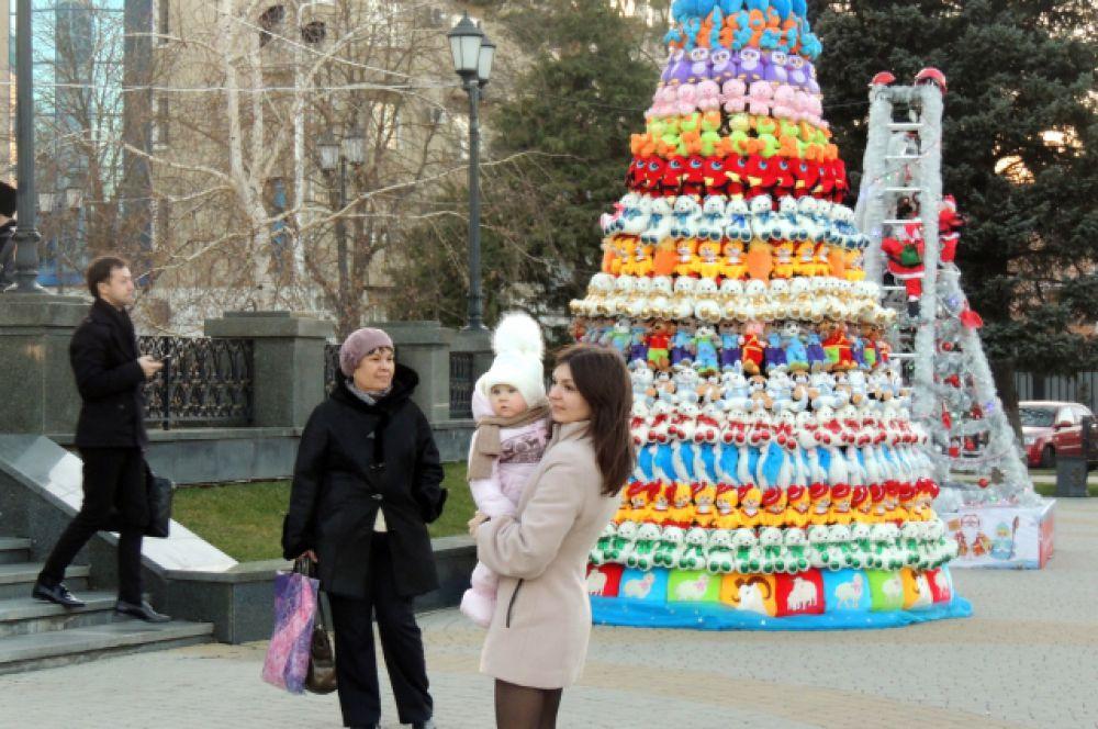 В Краснодаре второй год подряд под открытым небом размещают выставку необычных елок. сделанных из самых разных материалов. Эта собрана из мягких игрушек.