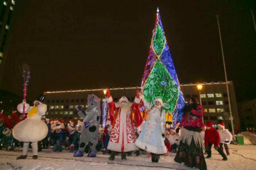В Архангельске главную городскую ель открыли большими праздничными гуляниями, в которых, конечно же, поучаствовал Дед Мороз.