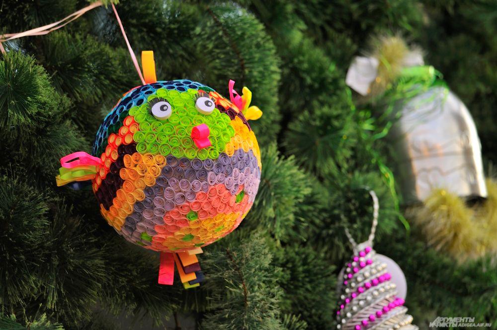 Украсили майкопских красавиц вот такие причудливые дизайнерские игрушки.