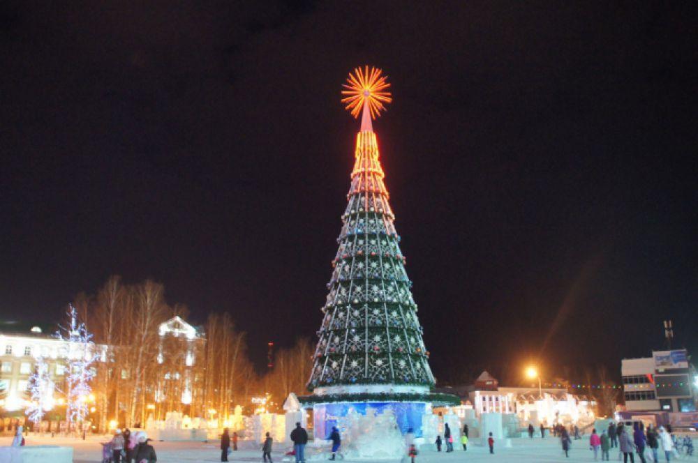 Ель Ханты-Мансийска - одна из самых высоких в стране. А площадь, на которой она стоит, превратилась в музей ледовых фигур.