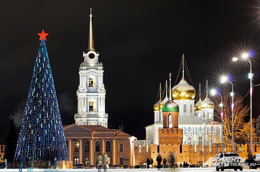 В Туле тоже выбрали вариант украшения с красной звездой, но разве можно сказать, что тульская и ставропольские ели одинаковы?