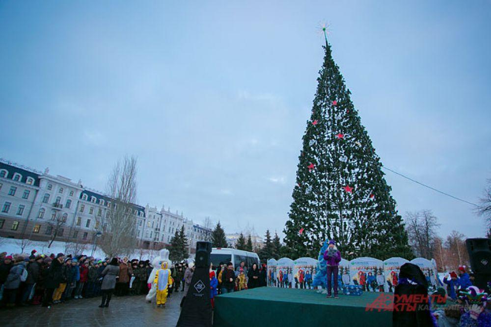 Новогодняя ель в Казани та же, что и в прошлом году, но менее красивой от этого она не стала. Кроме того, горожане очень рады открытию народного катка на стадионе Казань-арена.