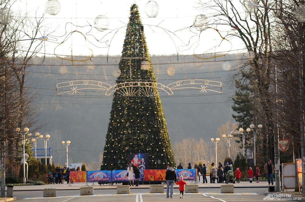 В Адыгее торжественное открытие новогодних елей состоялось в минувшие выходные.