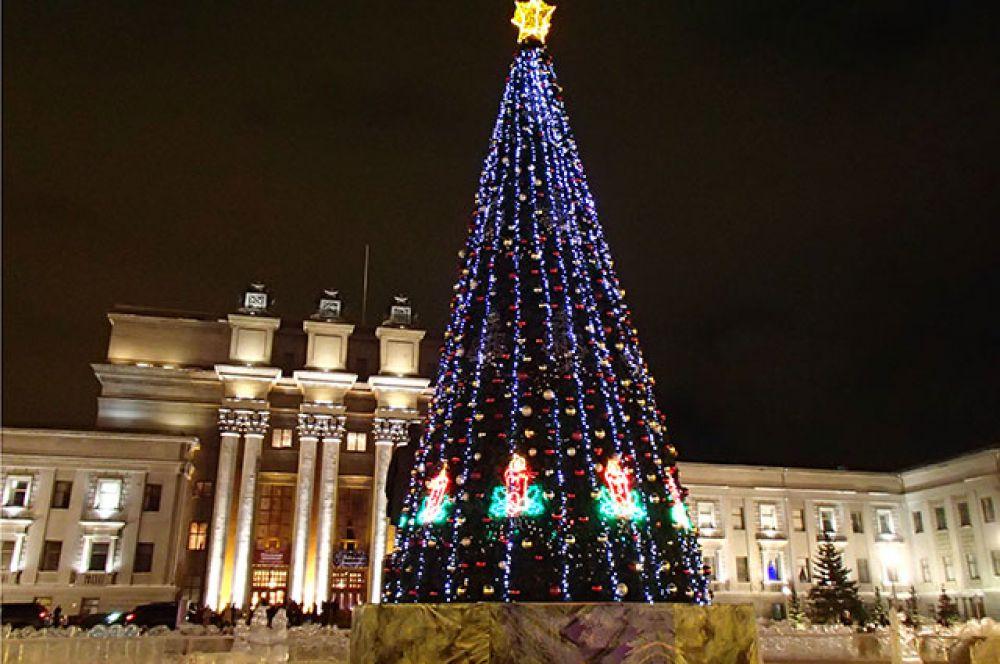 В Самаре новогодней ели подобрали освещение в синих тонах.