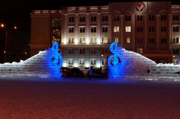 Входные ворота на Центральную площадь оформлены в виде двух скрипичных ключей и настраивают посетителей на музыкальную тему.