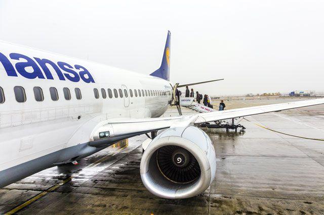 В Омске экстренно приземлился самолет, летевший в новосибирск.