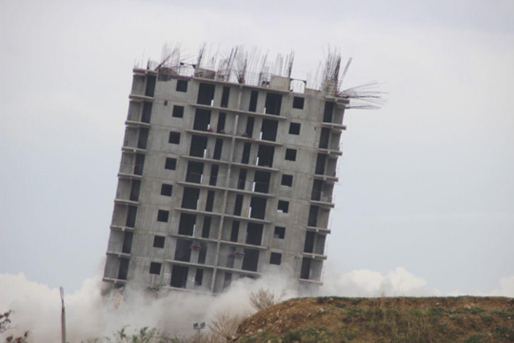 После второго взрыва здание накренилось, но не упало.