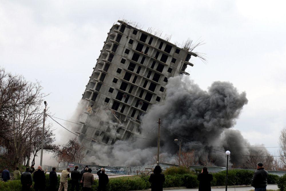 После первых двух неудачных попыток подрыв здания был перенесен на следующий день.