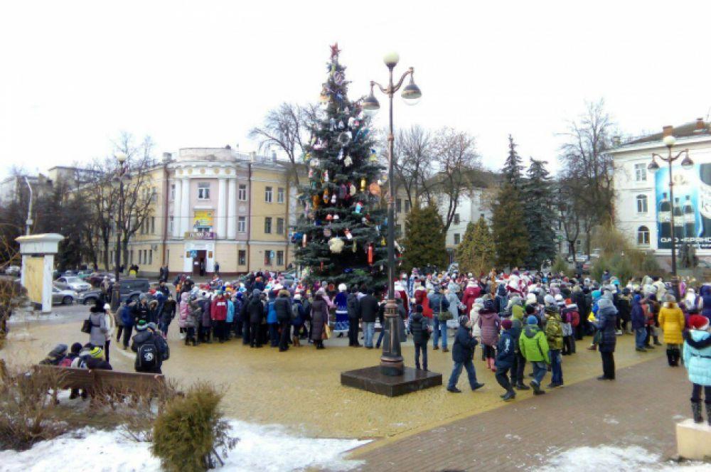 Городскую елку Брянска украсили в винтажном стиле.