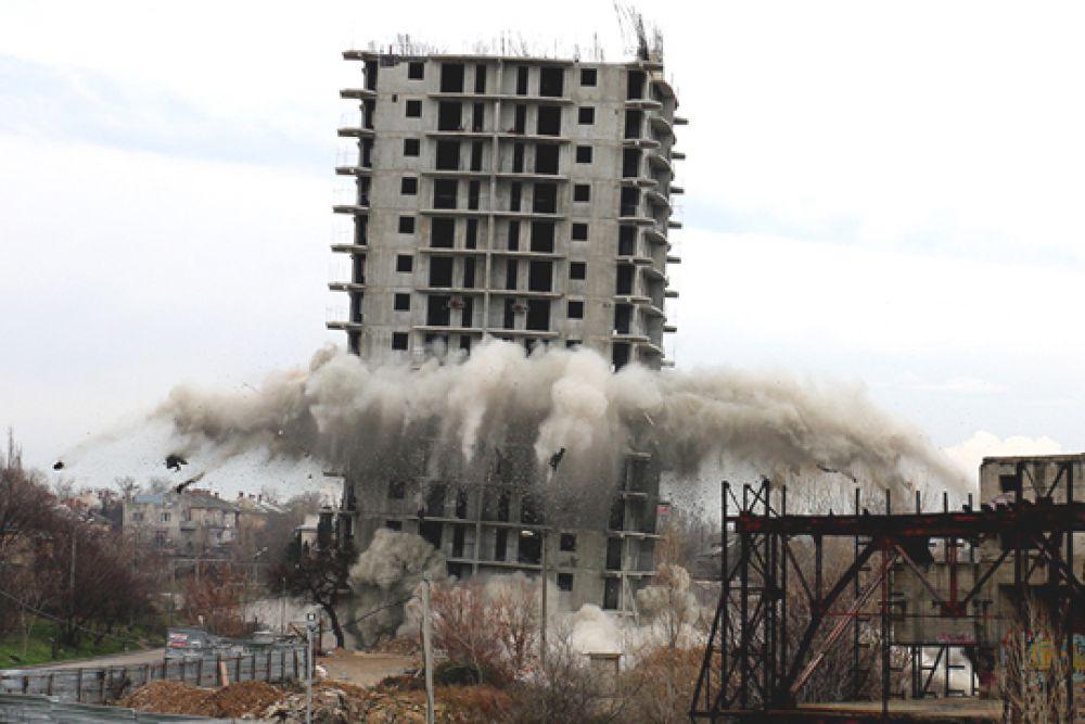 После первого взрыва здание устояло.