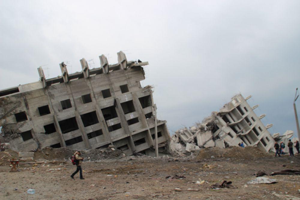 """Севастопольская """"Пизанская башня"""" разломилась на две части."""