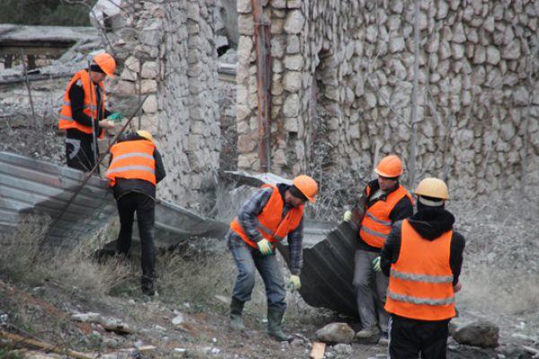 Рабочие начали убирать фрагменты конструкции.