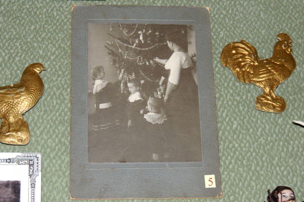 В начале 20-го века на елках зажигали настоящие свечи и украшали ветки картонными фигурками.