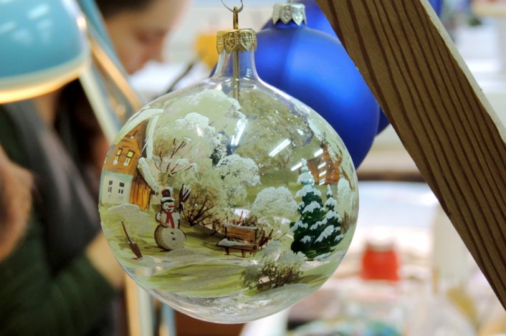 Общество стремится к минимализму и поэтому наибольшей популярностью в наше время пользуются елочные шары.