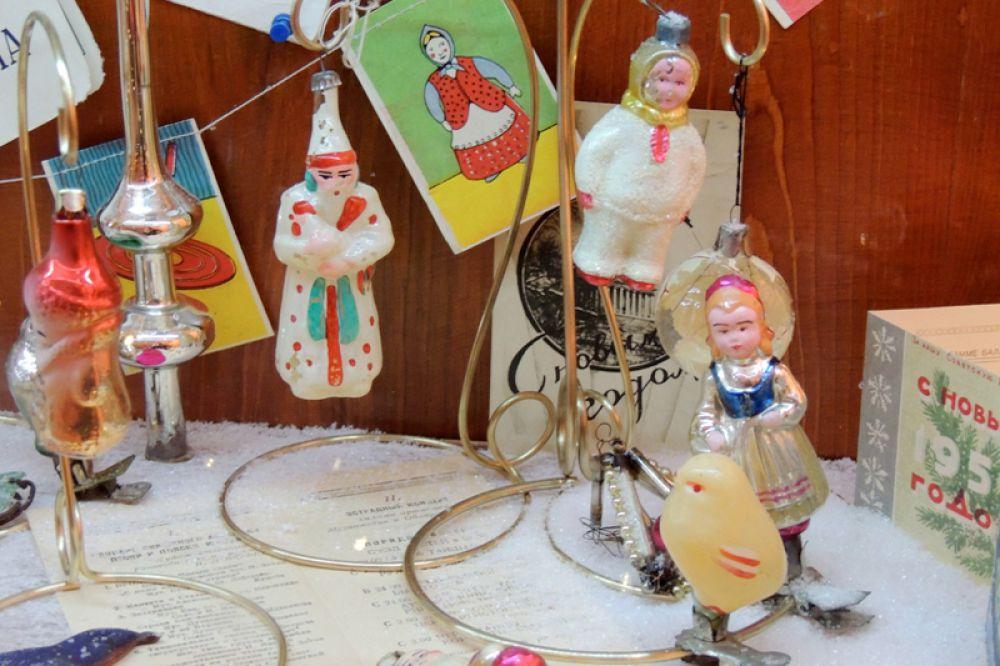 Популярностью пользовались подвесные игрушки и на металлических прищепках.