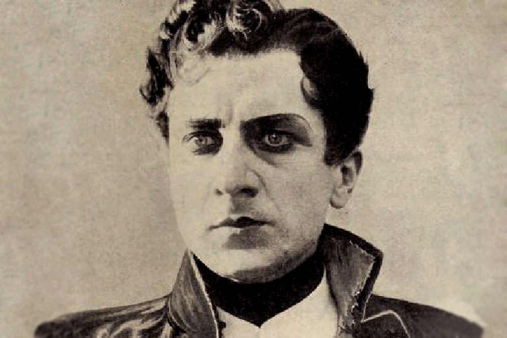 Первая попытка экранизации «Войны и мира» состоялась в 1913 году. В немом кинофильме Петра Чардынина роль Андрея Болконского исполнил Иван Мозжухин.