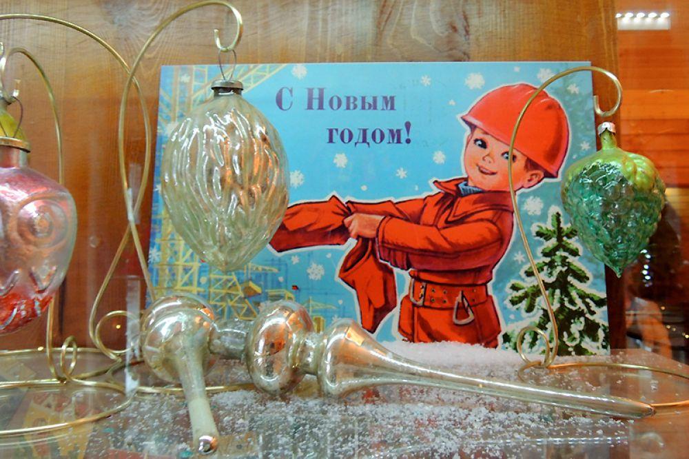 Вместо вифлеемской и красной звезды советские люди стали вешать на верхушку ели стеклянные макушки.