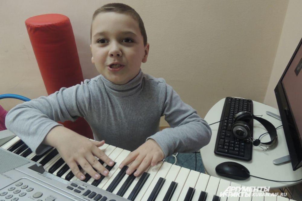 Малыш осваивает синтезатор.