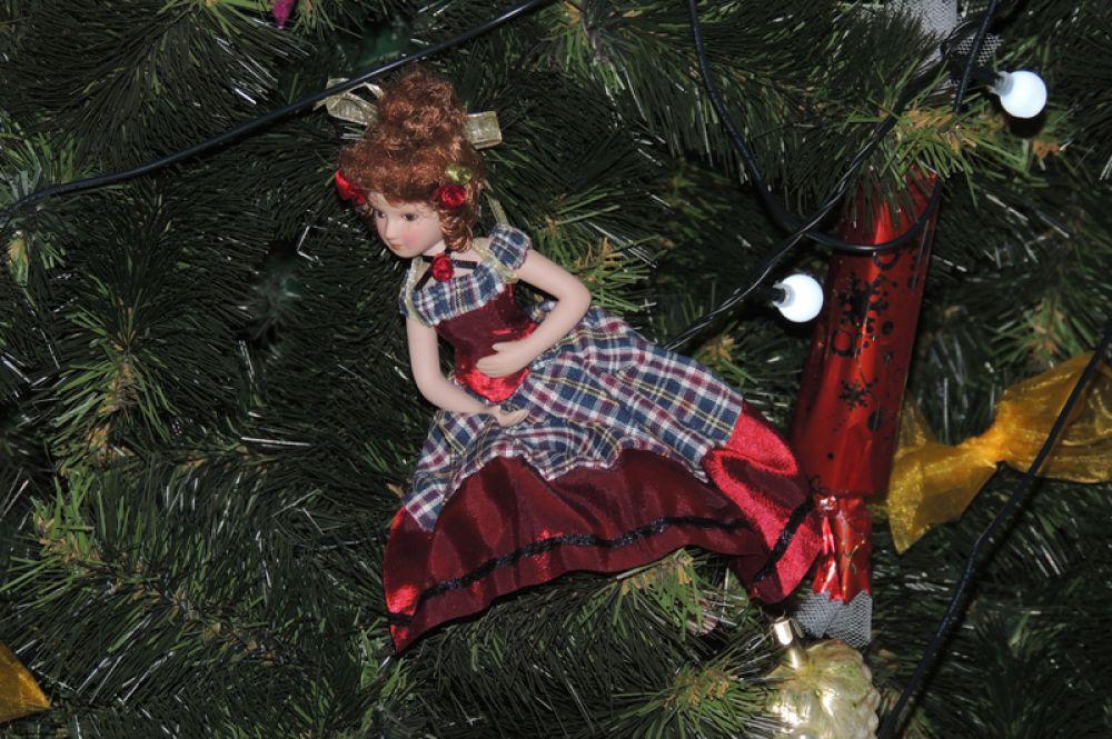 Иногда современные елки стилизуют под  старину, используя фигурки кукол в старинных одеяниях.