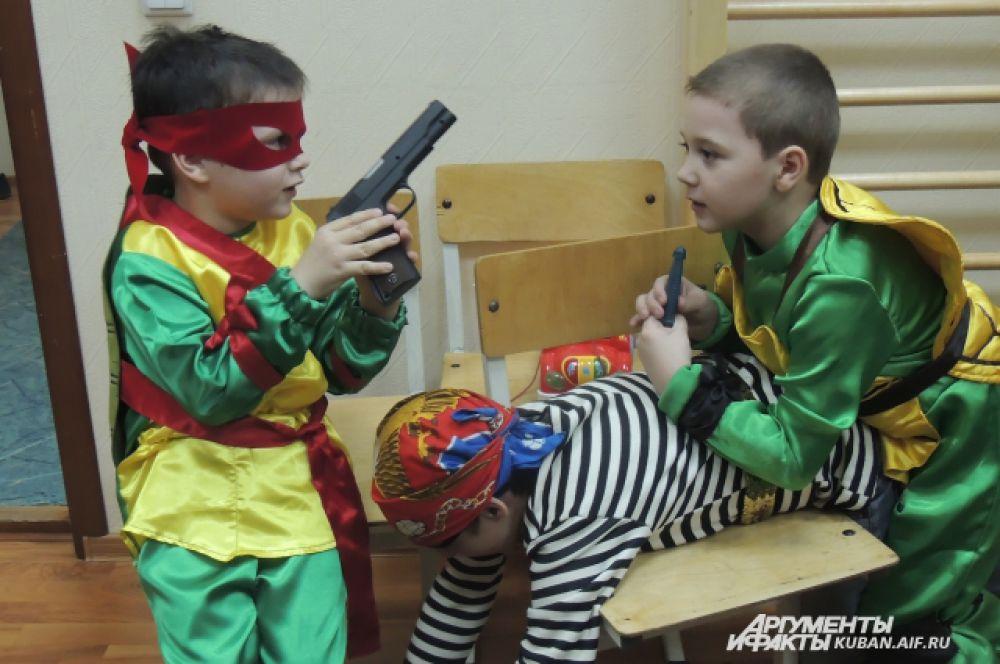 Черепахи-ниндзя атакуют пирата – дети играют, забывая про болезнь.