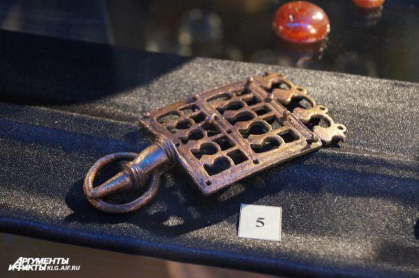 Ажурная орнаментированная пряжка из женского поясного набора Самбийского типа II века. Повторяет форму поясных пряжек Римской империи. Найдена на территории Зеленоградского района.