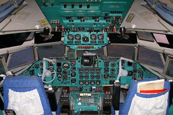 Особенность самолета также заключается в том, что управление рулями и элеронами происходит только за счет силы пилотов или электрических рулевых машинок автопилота.