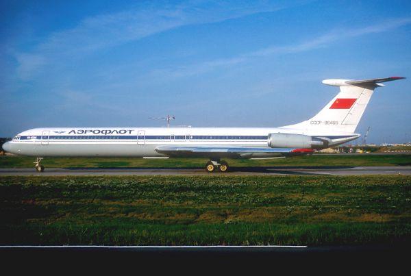 Особенность конструкции самолета Ил-62 – небольшая четвертая двухколесная задняя опора шасси. Она используется для предотвращения опрокидывания пустого самолета при стоянке и рулении. Если самолет пуст, то его центр тяжести находится позади основных опор шасси.