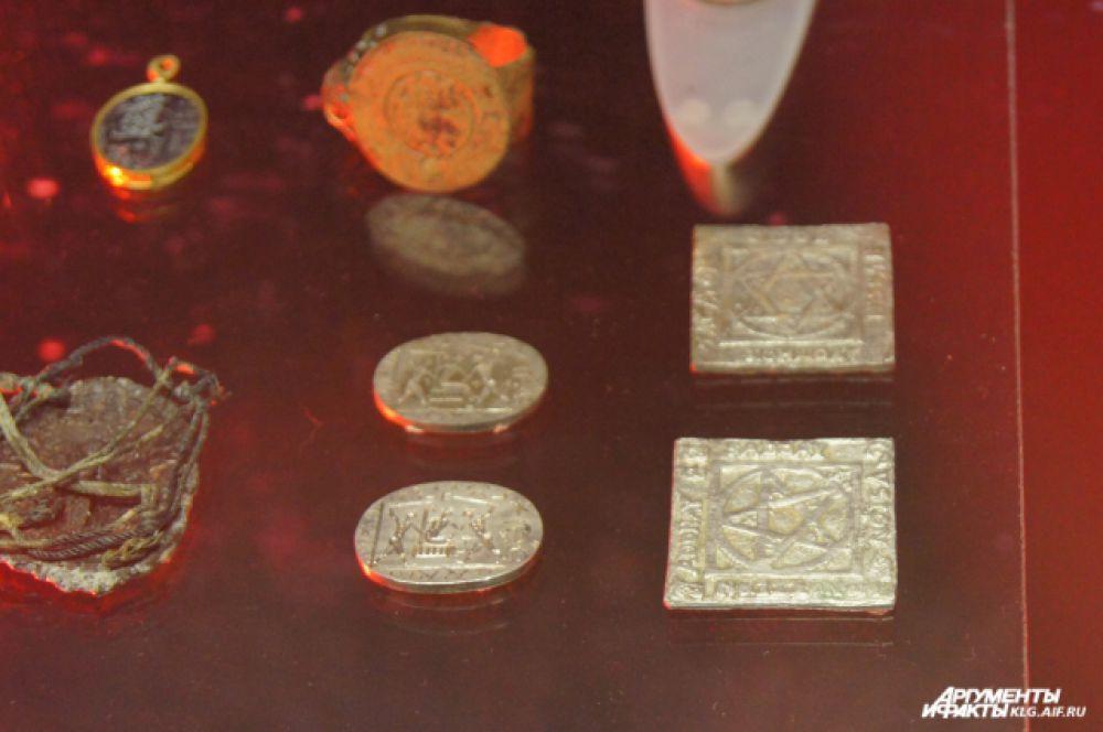 Шкатулка, как и найденные в ней медальоны, перстни, гадальные жетоны покрыты магическими символами и надписями на латыни, иврите, греческом и немецком языках. Считается, что эти предметы имели прямое отношение к алхимии и предназначались для совершения тайных обрядов. Предполагают, что самые древние экспонаты принадлежали герцогу Альбрехту.