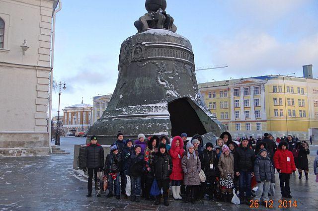 Юные приморцы сфотографировались на память о поездке в Москву.