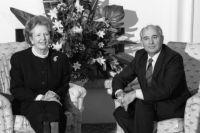 Премьер-министр Великобритании Маргарет Тэтчер беседует с Генеральным секретарём ЦК КПСС Михаилом Горбачёвым во время визита советской делегации в Великобританию. 1987 год.