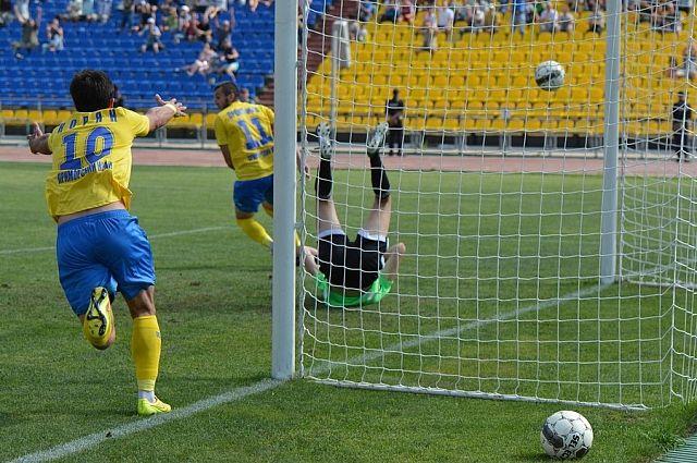 Ещё недавно футболисты «Луча» забивали в ворота «Тосно», а что будет в 2015-м?