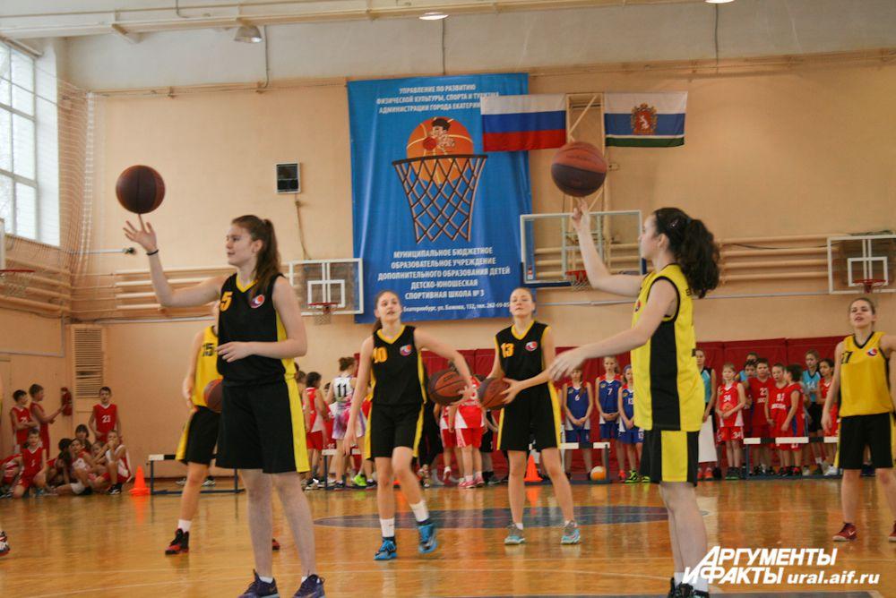 Юные баскетболистки мастерски «укрощали» мячи.