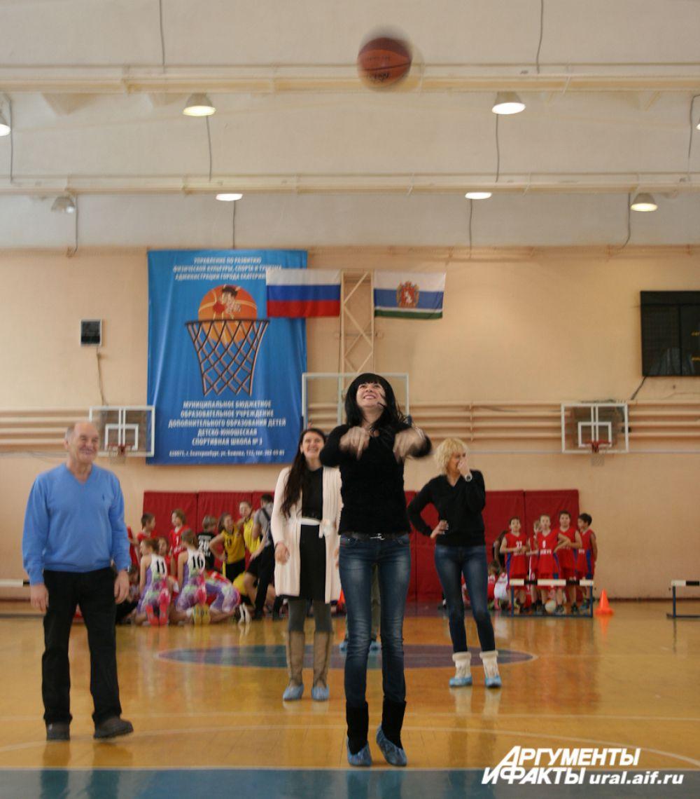 Мамы юных спортсменов доказали, что баскетбол не только командная, но и семейная игра.