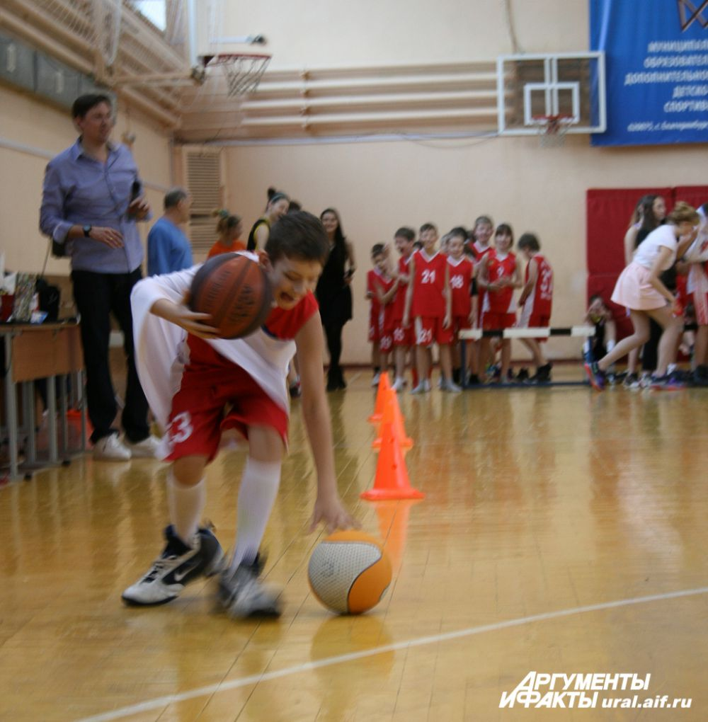 Например, продемонстрировать ведение мяча в кроссовках и форме с чужого (и очень большого!) плеча.