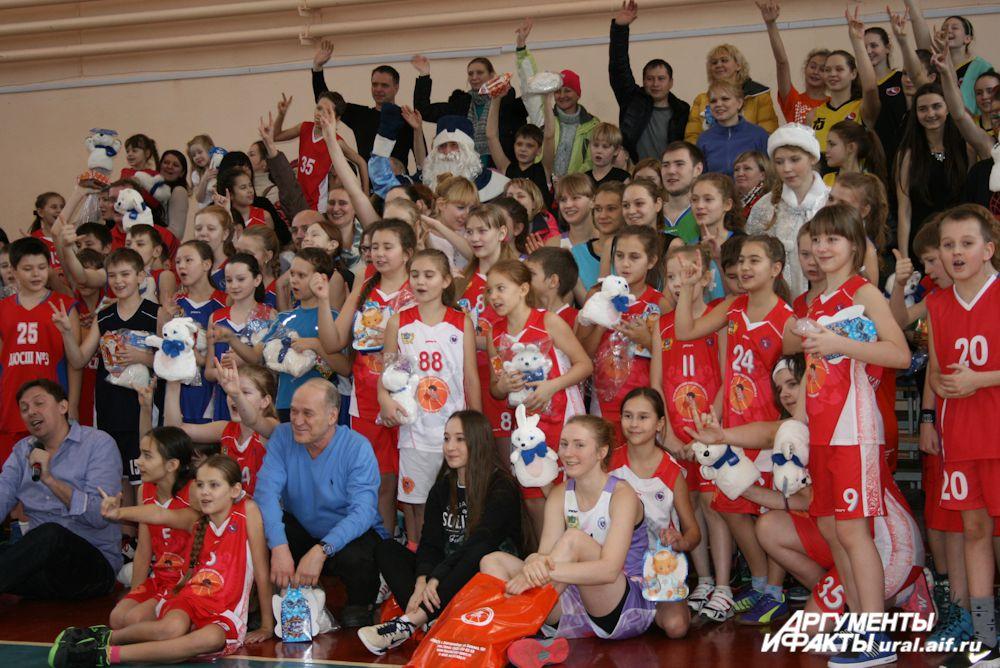 Спортсмены, Дед Мороз, Снегурочка, тренеры, родители – праздничная коллективная фотография на память.