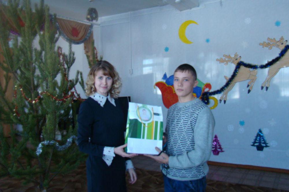 Подарки ребятам вручала главный редактор «АиФ-Забайкалье» Елена Лоскутникова.