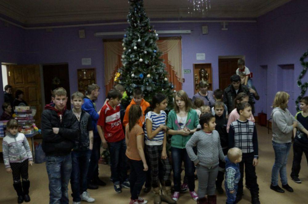 Ребята ждали гостей с самого утра и готовились к их приезду, наряжая елку и повторяя слова
