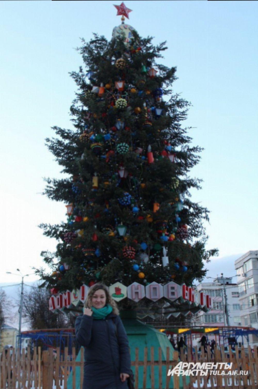 А в Новомосковске с зеленой красавицей не расстаются который год, ведь новомосковцы гордятся своей елкой